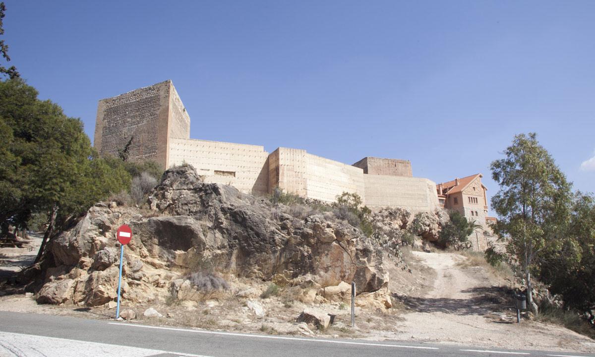 Vista del castillo de Novelda desde el oeste. Torre triangular y cortina de la muralla
