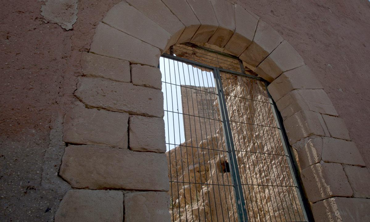 Vista de la puerta de sillería de arco de medio punto del castillo de Novelda